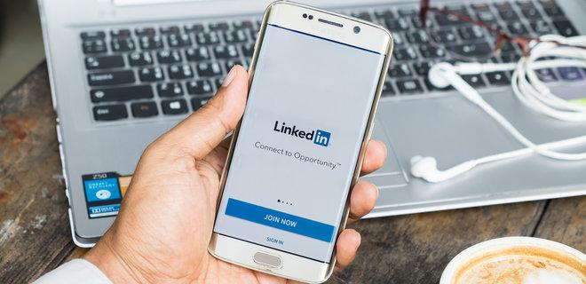 Казахстан заблокировал соцсеть LinkedIn из-за рекламы казино  - Фото