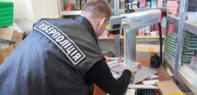 В Украине накрыли сеть магазинов: продавали поддельную технику Apple и других брендов - Фото